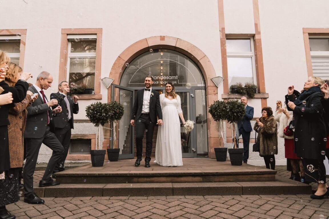 Hochzeitsgesellschaft empfängt das Brautpaar vor dem Standesamt Rödermark