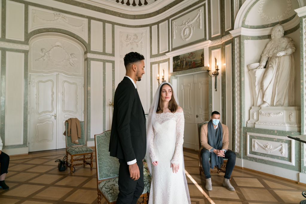 Brautpaar steht im Trausaal im Standesamt Höchst in Frankfurt.