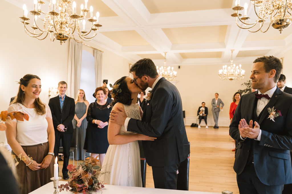 Brautpaar küsst sich nach dem Ehegelöbnis.