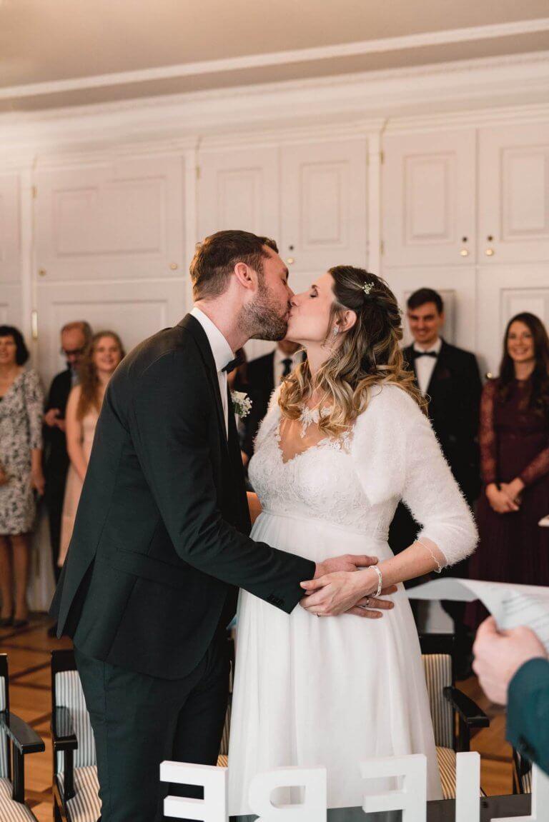 Brautpaar küsst sich nach der Trauung als Ehepartner