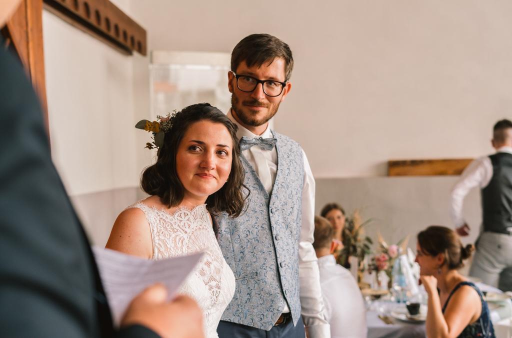 Brautpaar hört sich eine Hochzeitsrede an.