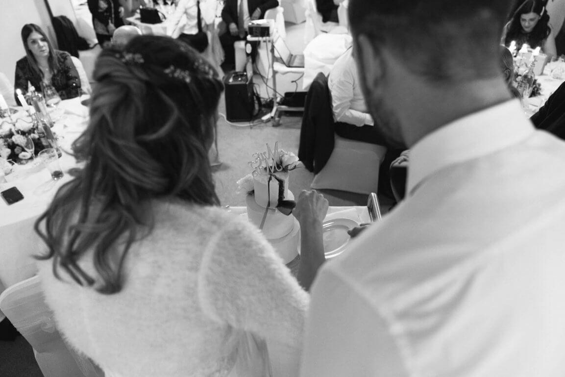 Anschnitt der Hochzeitstorten schwarz weiß Foto