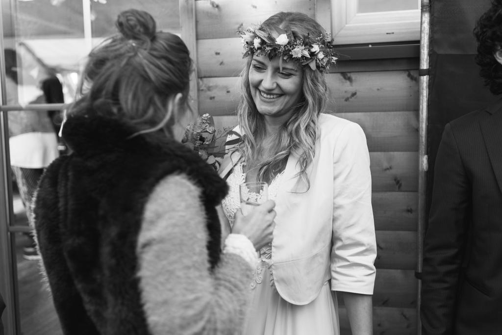 Gratulationen von der Hochzeitsgesellschaft an die Braut.
