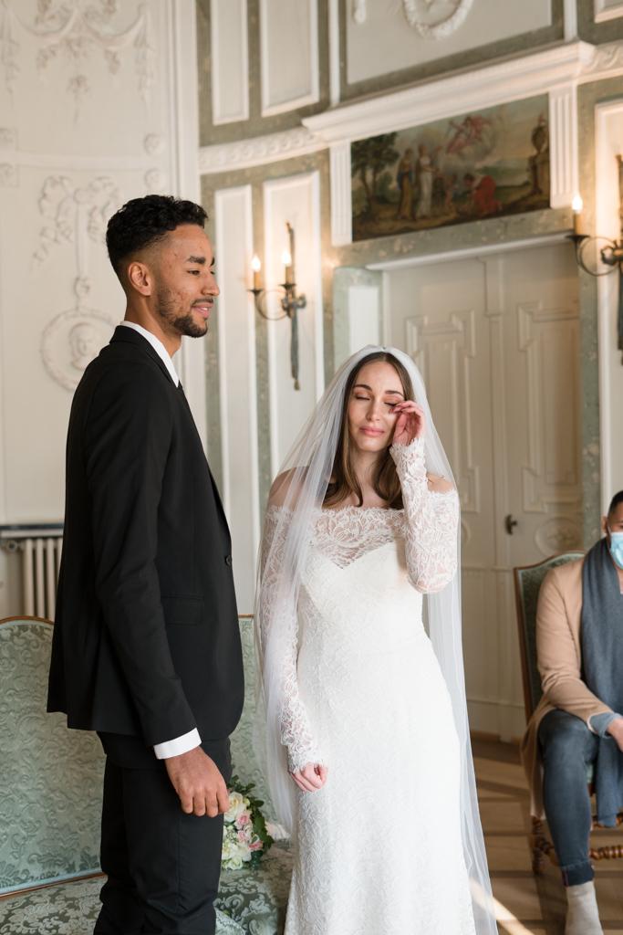 Braut wischt sich die Tränen während der Hochzeit im Standesamt Höchst weg.
