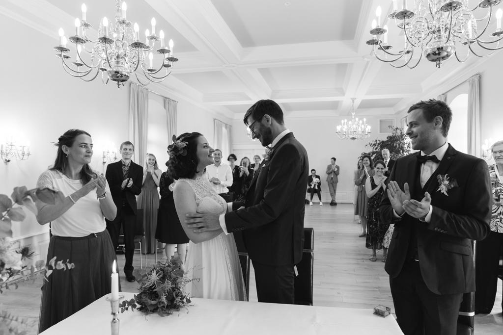Braupaar im Standesamt die Hochzeitsgesellschaft klatscht in die Hände.