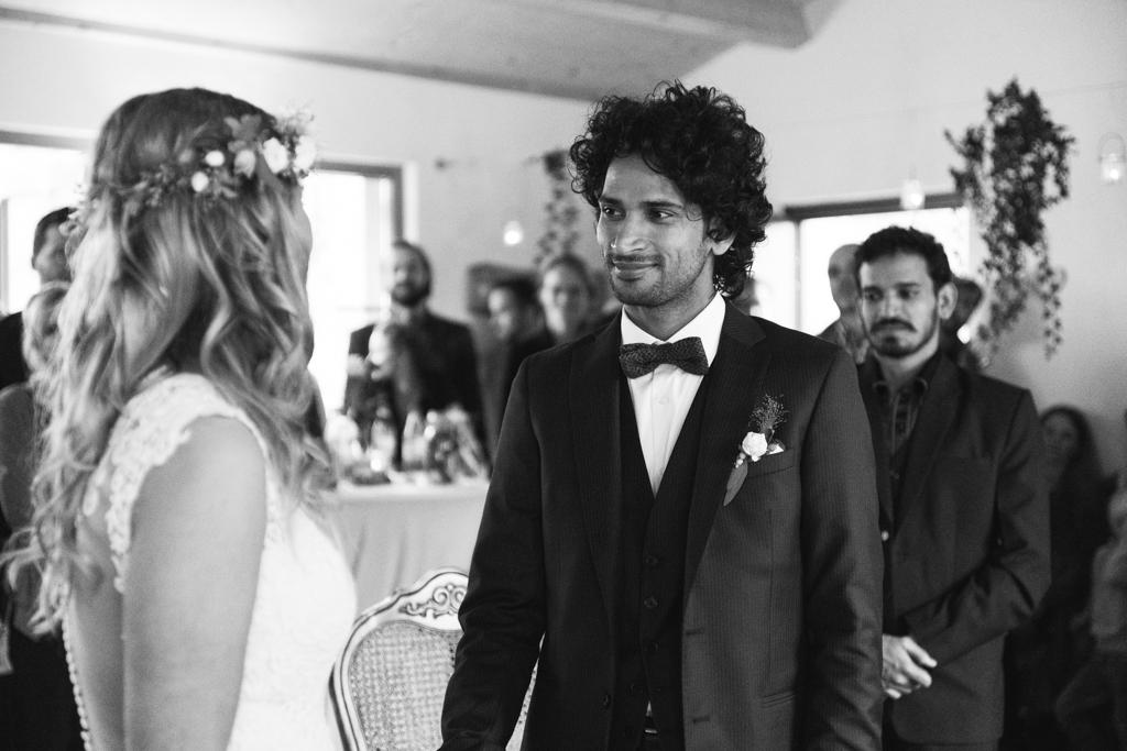 Brautpaar schaut sich tief in die Augen während der standesamtlichen Trauung.