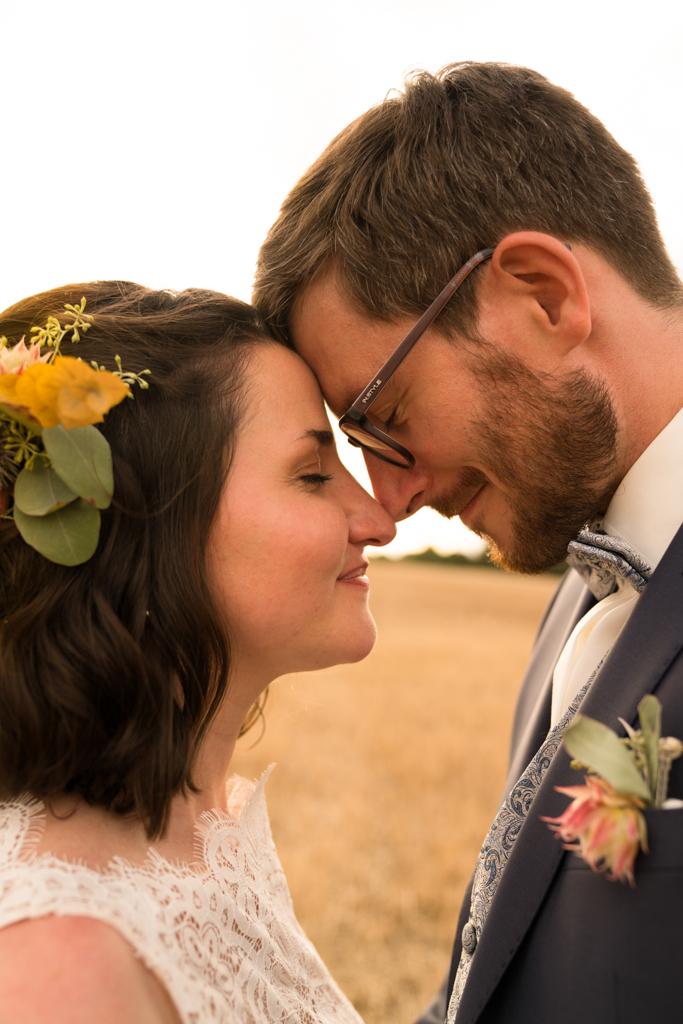Kopf des Brautpaares mit geschlossenen Augen.