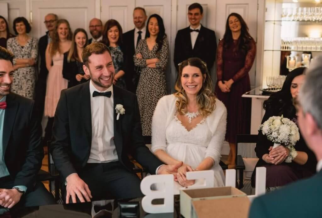 Brautpaar lacht während der standesamtlichen Trauung in Bad Homburg