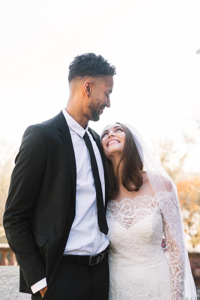 Braut strahlt zu ihrem Bräutigam hoch.