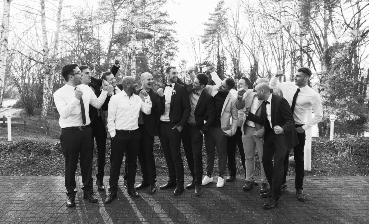 Gruppenbild die Freunde Vom Bräutigam jubeln ihren Freund an