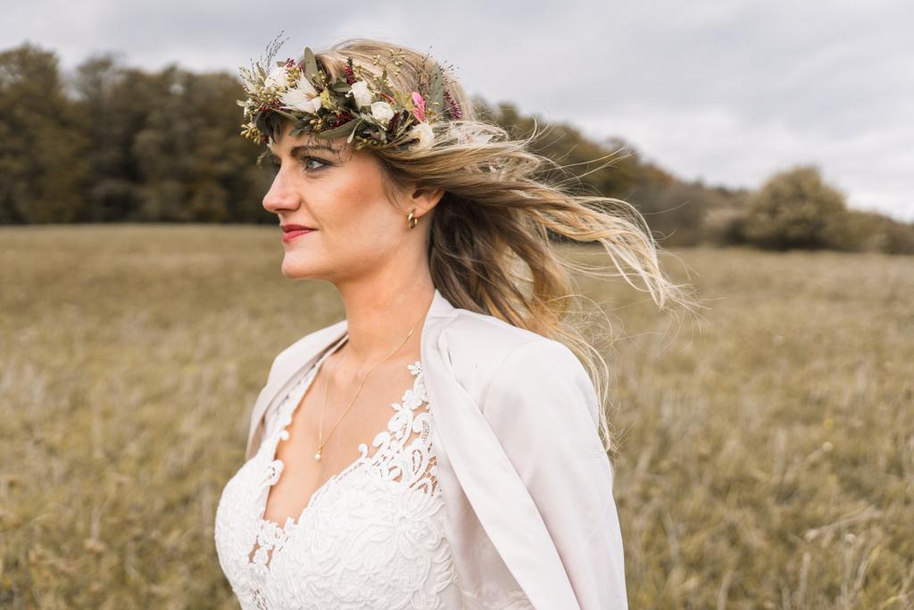 Braut mit Blumen Haarkranz.