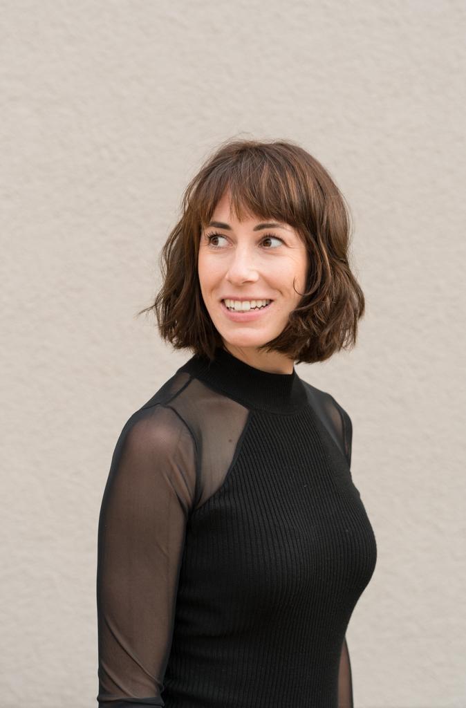 Profilbild einer Frau in schwarzen durchsichtigem Oberteil.