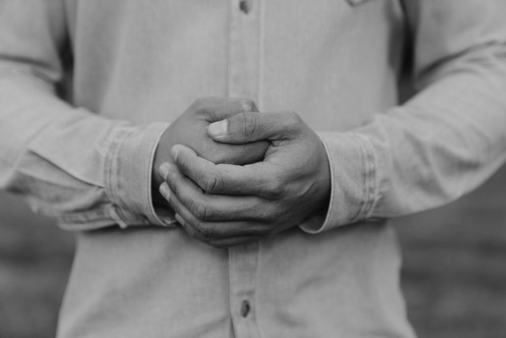 Geballte Hände in schwarz -weiß.