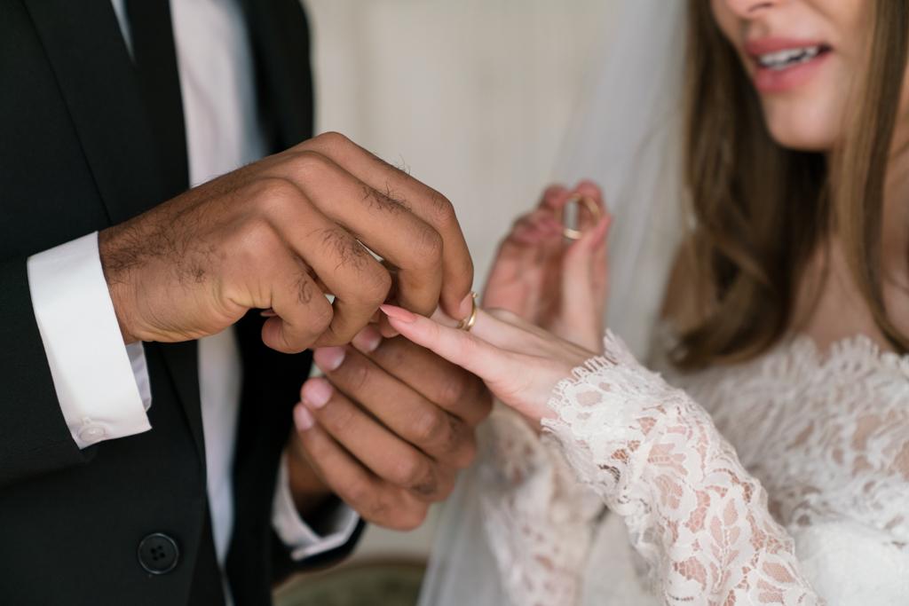 Nahaufnahme Ringaustausch während der Hochzeit.
