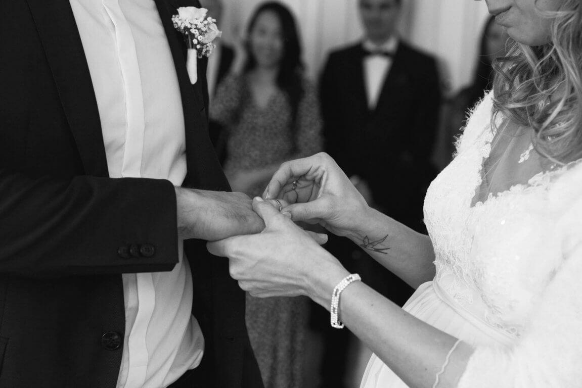 Ringaustausch nach dem Ja-Wort während der standesamtlichen Hochzeit