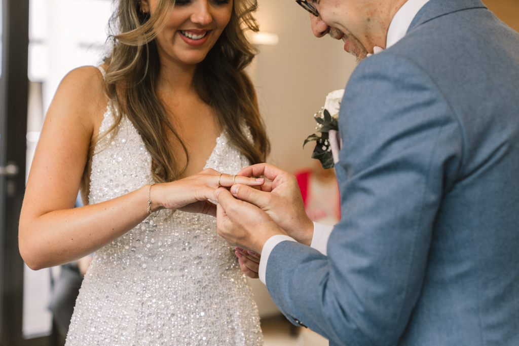 Bräutigam übergibt den Ehering seiner Frau.