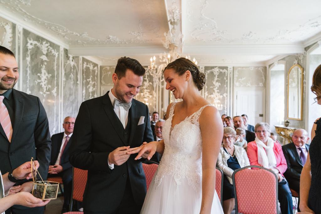 Bräutigam überreicht, während der Trauung, den Ehering seiner Braut.
