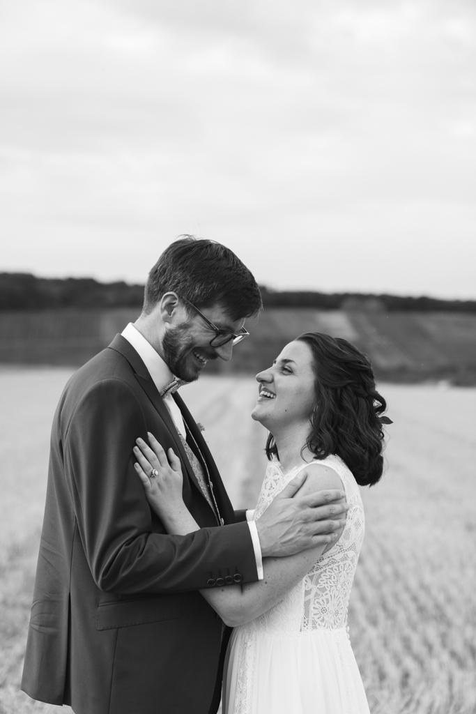Brautpaar lacht sich an während des Brautpaarshootings.