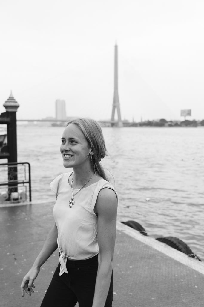 Portrait an einem Fluss mit der Hochzeitsfotografin aus Frankfurt.