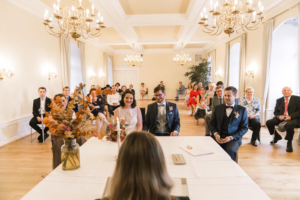 Hochzeit in der Kurfürstlichen Burg mit Hochzeitspaar und Hochzeitsgesellschaft.