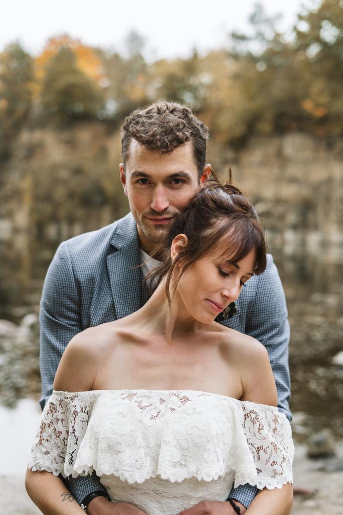 Portrait von der Braut und dem Bräutigam an einem See.