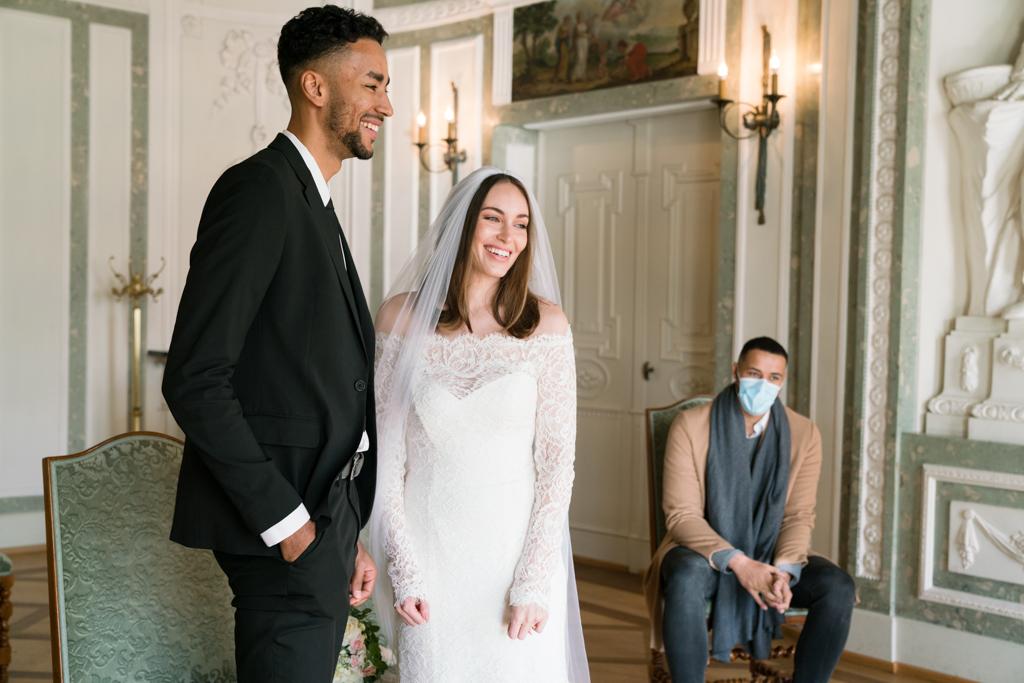Braut und Bräutigam lachen während der Hochzeit im Standesamt Höchst in Frankfurt.
