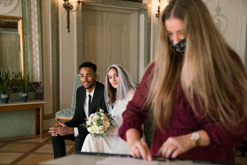 Brautpaar im Standesamt Höchst Trauzeugin setzt ihre Unterschrift.