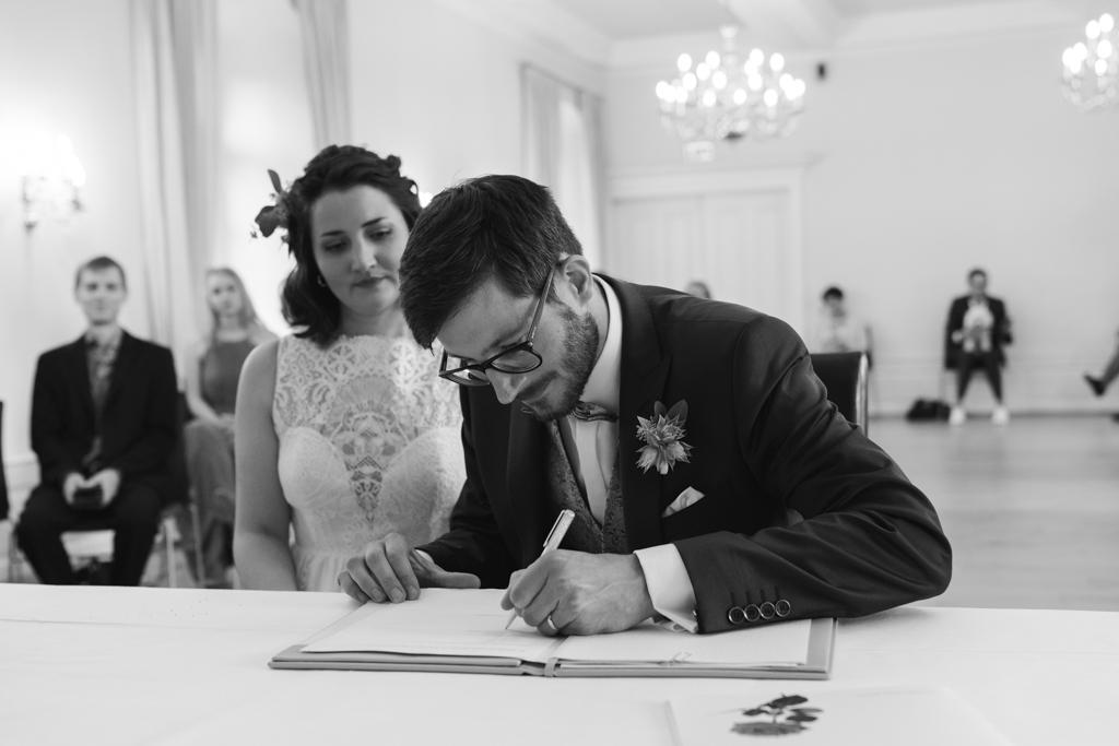Bräutigam unterschreibt das Ehegelöbnis in der Kurfürstlichen Burg in Eltville am Rhein.