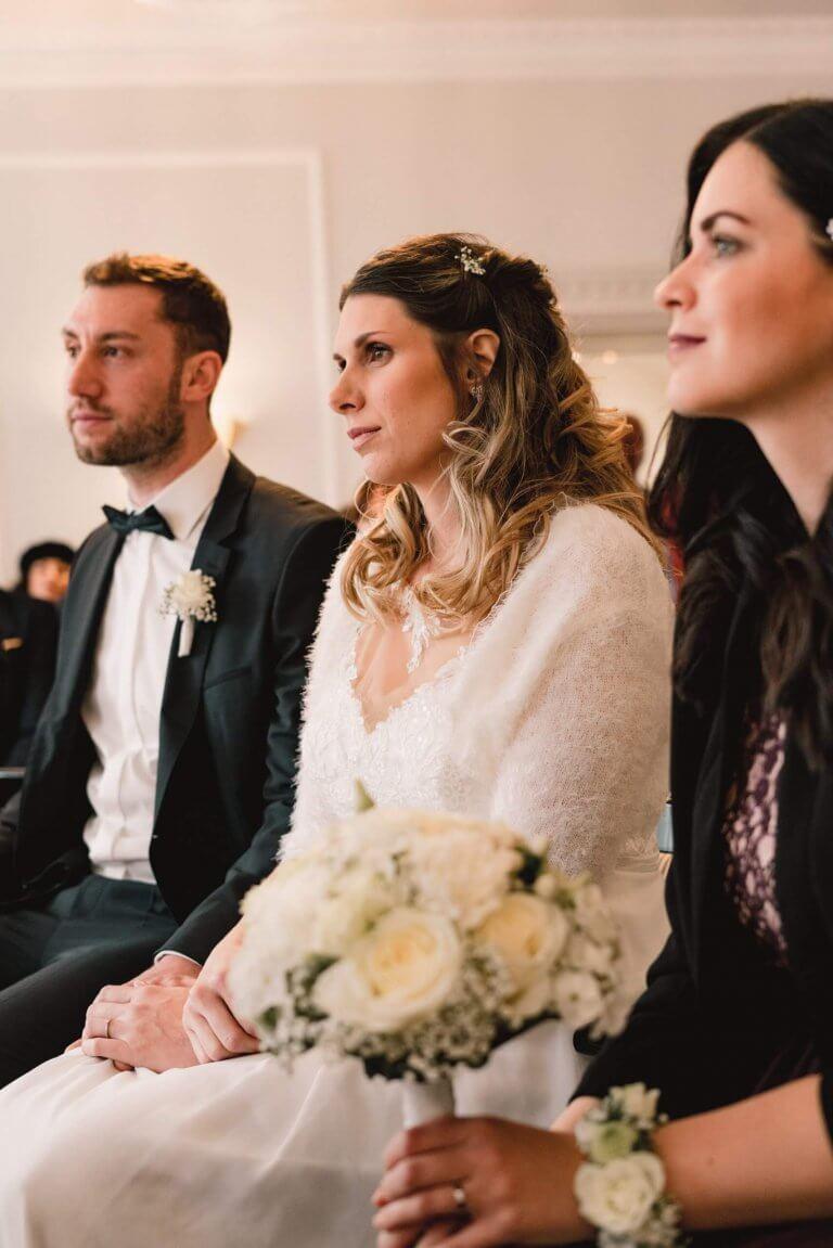 Braut während der Trauung im winterlichen Brautkleid