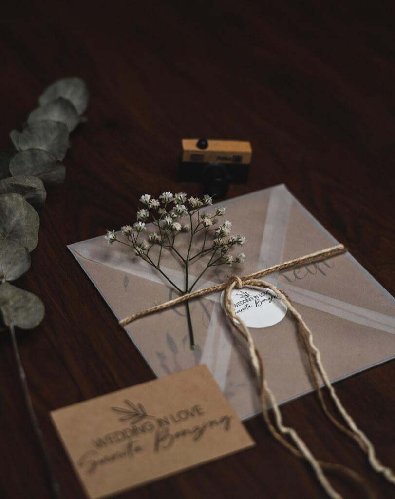 Gutschein schön verpackt mit Blumen und Eukalyptus für ein Fotoshooting beim Fotografen.