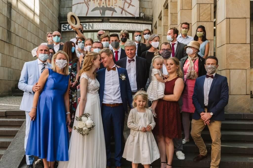Gruppenbild einer Hochzeitsgesellschaft in Zeiten von Corona.