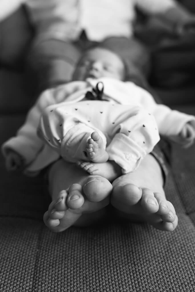 Babyfotografie in Frankfurt die Füße von Papa und dem Säugling.