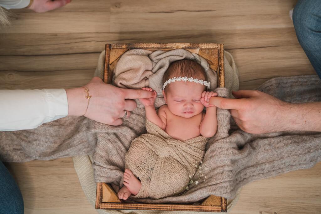 Die Babyfotografie Frankfurt hält das Neugeborene Mädchen fotografisch fest.