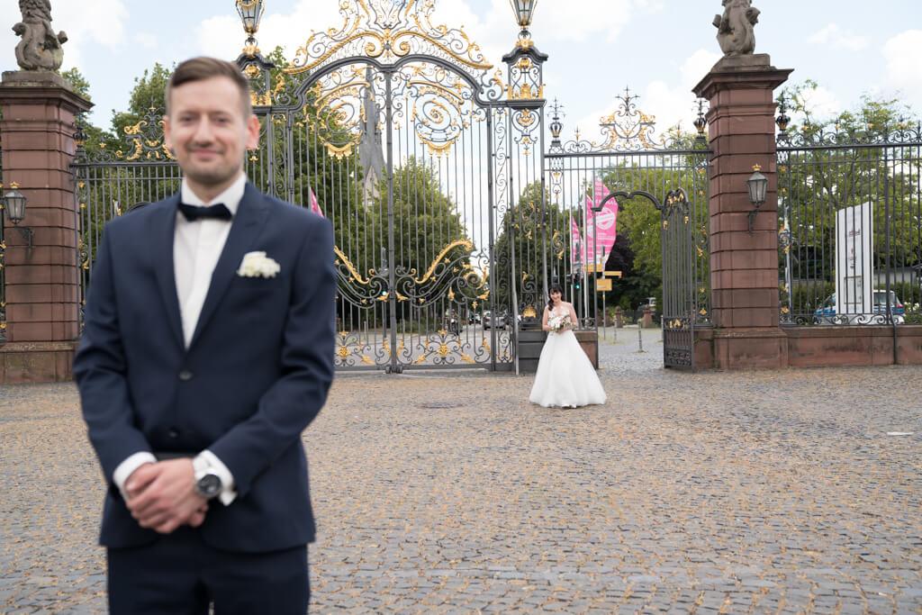 Die Braut und Bräutigam sehen sich zum ersten Mal vor der Hochzeit in Hanau.