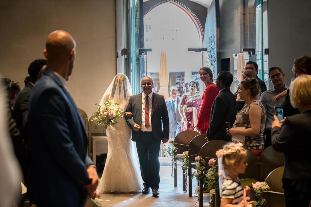 First Look im Dom Frankfurt Braut wird vom Brautvater zum Altar geführt.