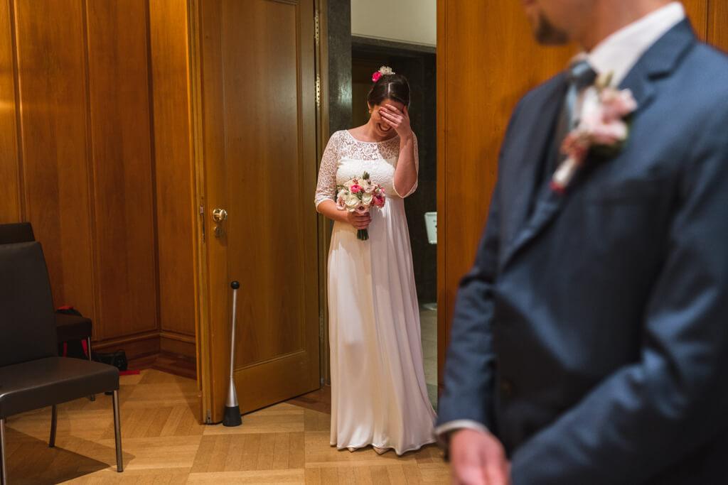 Standsamt Römer in Frankfurt Braut hält sich die Augen zu vor Freude.