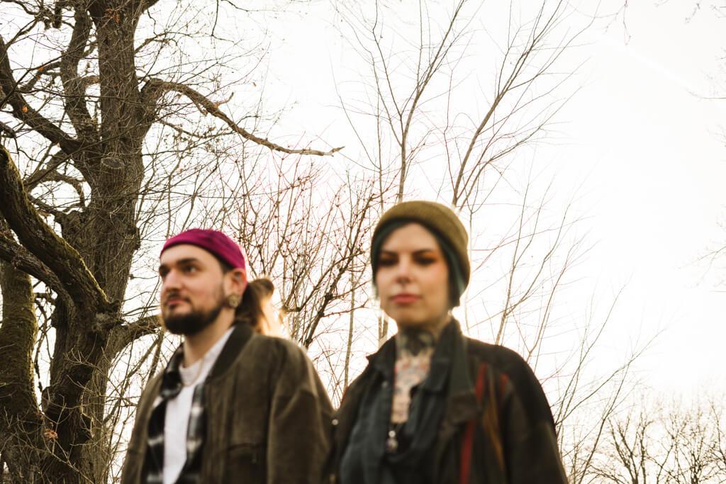 Paar mit Tattoos unscharf läuft im Wald.