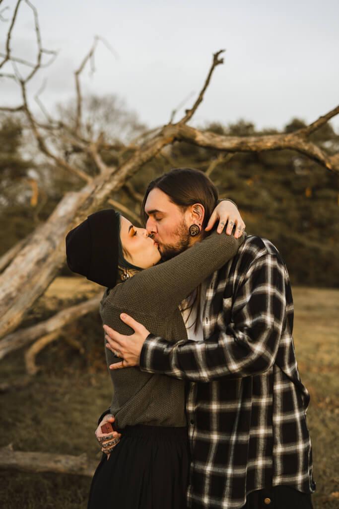 Erster Kuss eines Paares nach dem Verlobungsantrag.