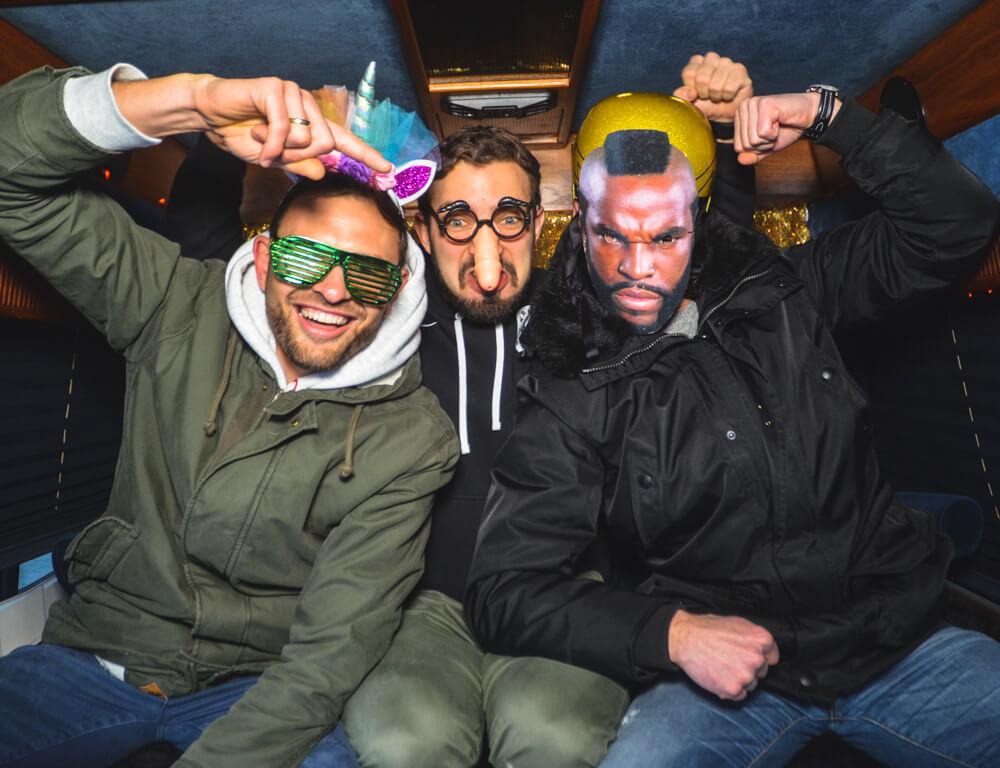Drei verkleidete Männer im Fotobus in Frankfurt machen ein Selfie.