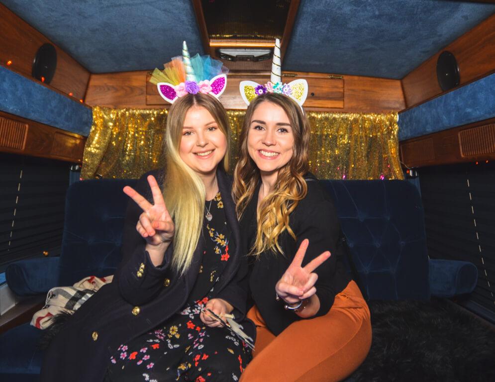 zwei Freundinnen im Fotobus in Frankfurt machen ein Selfie.