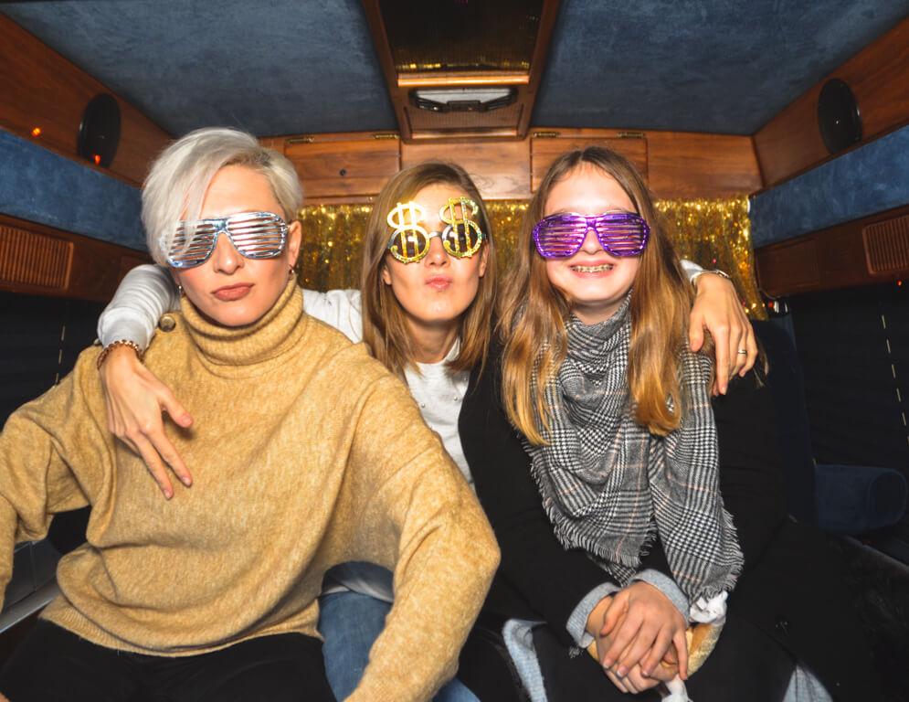 Drei Frauen im Fotobus in Frankfurt mit coolen Brillen.