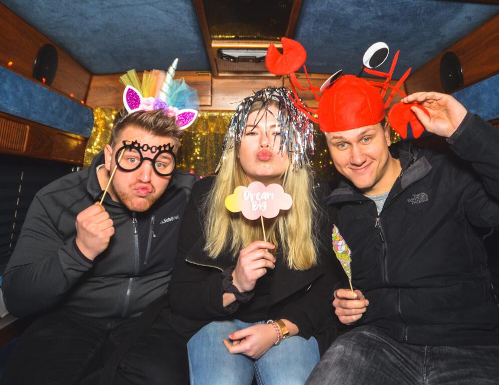 Drei junge Leute im Fotobus verkleidet in Frankfurt.